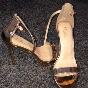 Shoes - Stunning gold heels